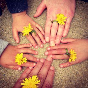 mains-fleur-groupe-famille